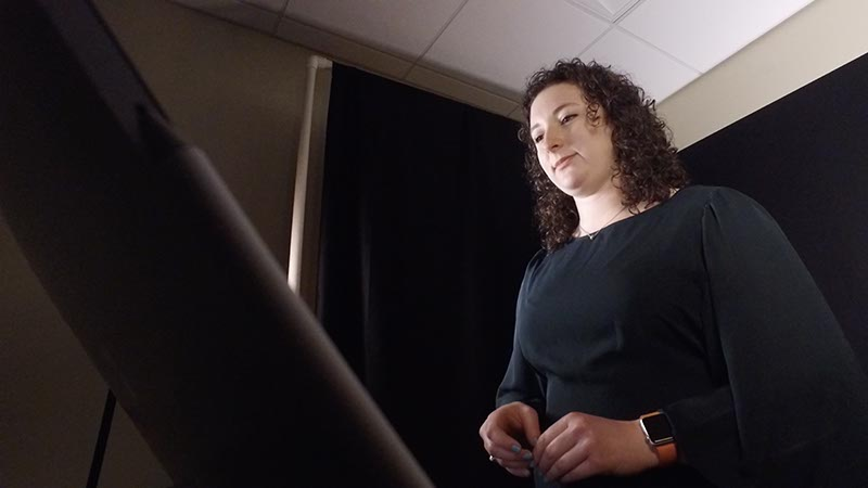 Amber Taylor teaching in a virtual classroom